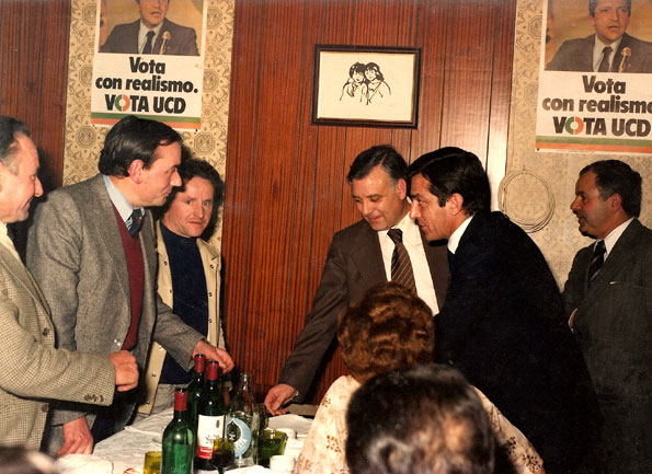 """1977: """"Vota con realismo. Vota UCD"""""""